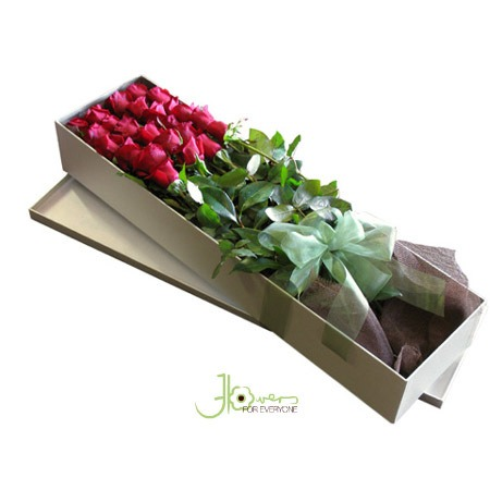 boxed-red-roses
